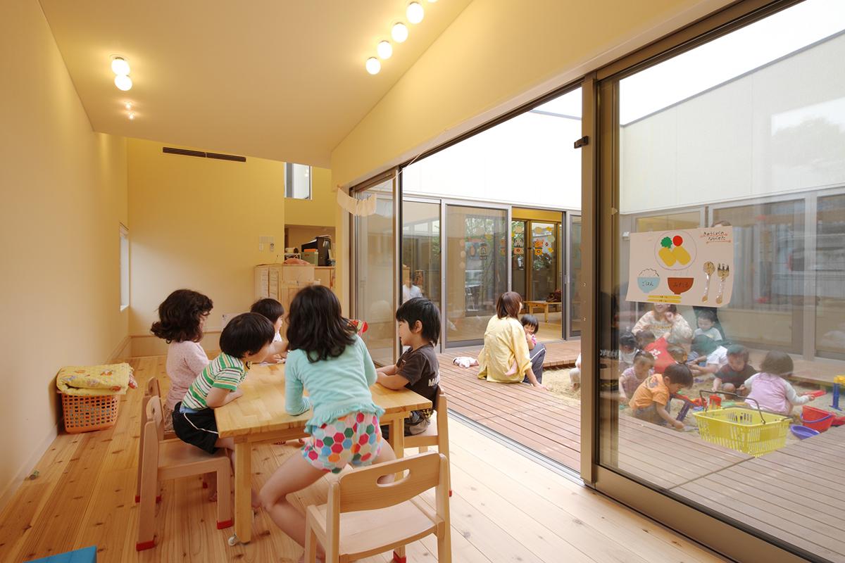 保育室と中庭